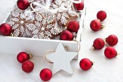 Galletas del pan de jengibre de la Navidad con la decoración del día de fiesta Imágenes de archivo libres de regalías