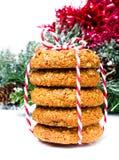 Galletas del pan de jengibre de la Navidad con la decoración festiva y el ri rojo Imagen de archivo libre de regalías