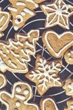 Galletas del pan de jengibre de la Navidad con la formación de hielo en fondo oscuro con Fotos de archivo libres de regalías