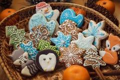 Galletas del pan de jengibre de la Navidad con las mandarinas en fondo rojo Fotos de archivo
