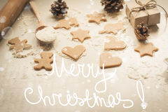 Galletas del pan de jengibre de la Navidad, conos de abeto y regalos Fotos de archivo libres de regalías