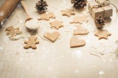 Galletas del pan de jengibre de la Navidad, conos de abeto y regalos Foto de archivo libre de regalías