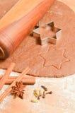 Galletas del pan de jengibre de la Navidad de la hornada La escena representa la pasta rodada Imágenes de archivo libres de regalías
