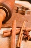 Galletas del pan de jengibre de la Navidad de la hornada La escena representa la pasta rodada Fotos de archivo libres de regalías