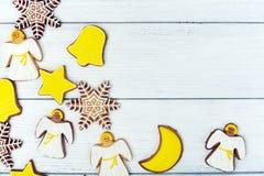 Galletas del pan de jengibre de la Navidad en fondo de madera Foto de archivo