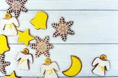 Galletas del pan de jengibre de la Navidad en fondo de madera Foto de archivo libre de regalías