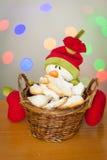 Galletas del pan de jengibre de la Navidad en una cesta con un muñeco de nieve Imagen de archivo
