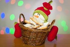 Galletas del pan de jengibre de la Navidad en una cesta con un muñeco de nieve Fotos de archivo libres de regalías