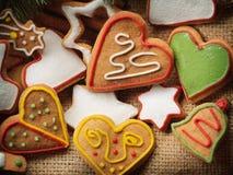 Galletas del pan de jengibre de la Navidad y árbol de abeto en fondo de la tela Imagenes de archivo