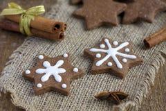 Galletas del pan de jengibre del chocolate de la Navidad de la dimensión de una variable de la estrella Foto de archivo libre de regalías