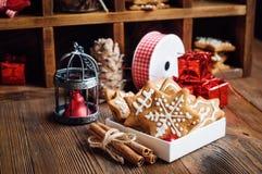 Galletas del pan de jengibre en caja Imagenes de archivo
