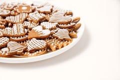 Galletas del pan de jengibre en la placa blanca imagenes de archivo