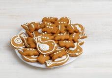 Galletas del pan de jengibre en la tabla de madera blanca Imagen de archivo libre de regalías