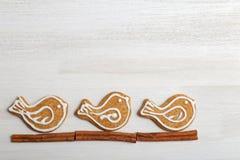 Galletas del pan de jengibre en la tabla de madera blanca Imágenes de archivo libres de regalías