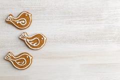 Galletas del pan de jengibre en la tabla de madera blanca Foto de archivo libre de regalías