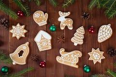 Galletas del pan de jengibre en los tableros de madera Fotografía de archivo libre de regalías