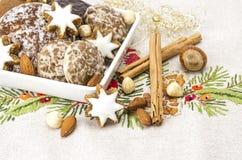 Galletas del pan de jengibre en un cuenco y una especia Foto de archivo libre de regalías