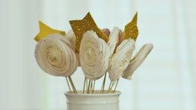 Galletas del pan de jengibre en un palillo Ramo decorativo de pan de jengibre en un palillo Preparación para la Navidad almacen de metraje de vídeo