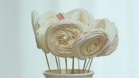 Galletas del pan de jengibre en un palillo Ramo decorativo de pan de jengibre en un palillo Preparación para la Navidad almacen de video