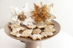 Galletas del pan de jengibre en una placa con adornos de la Navidad Foto de archivo libre de regalías