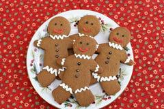 Galletas del pan de jengibre en una placa de la Navidad. Imagen de archivo libre de regalías
