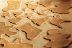 Galletas del pan de jengibre, formas e ingredientes hechos en casa de la hornada Imagenes de archivo