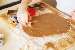 Galletas del pan de jengibre, formas e ingredientes hechos en casa de la hornada Fotografía de archivo libre de regalías