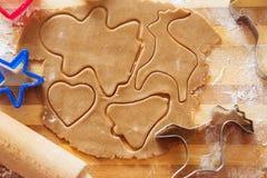 Galletas del pan de jengibre, formas e ingredientes hechos en casa de la hornada Foto de archivo libre de regalías