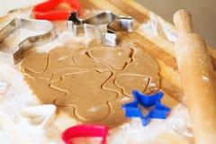 Galletas del pan de jengibre, formas e ingredientes hechos en casa de la hornada Fotos de archivo