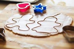 Galletas del pan de jengibre, formas e ingredientes hechos en casa de la hornada Imágenes de archivo libres de regalías