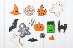 Galletas del pan de jengibre de Halloween en la tabla de madera blanca Imagenes de archivo