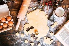 Galletas del pan de jengibre de la hornada en el tiempo de la Navidad fotos de archivo libres de regalías