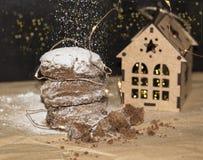 Galletas del pan de jengibre de la Navidad, comida tradicional de las vacaciones de invierno imagen de archivo