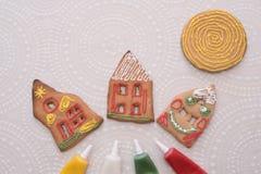 Galletas del pan de jengibre de la Navidad con la forma de la casa en la tabla Imagen de archivo libre de regalías
