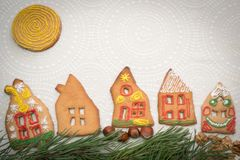 Galletas del pan de jengibre de la Navidad con la forma de la casa en la tabla Foto de archivo libre de regalías