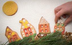 Galletas del pan de jengibre de la Navidad con la forma de la casa en la tabla Imagenes de archivo