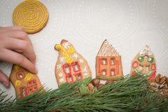 Galletas del pan de jengibre de la Navidad con la forma de la casa en la tabla Fotos de archivo libres de regalías