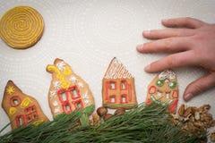 Galletas del pan de jengibre de la Navidad con la forma de la casa en la tabla Foto de archivo