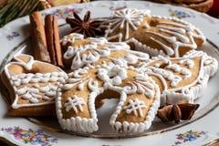 Galletas del pan de jengibre de la Navidad con las especias en una placa Imagenes de archivo