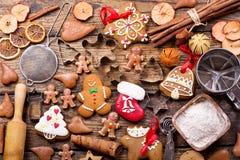 Galletas del pan de jengibre de la Navidad con los ingredientes para cocinar imagen de archivo libre de regalías