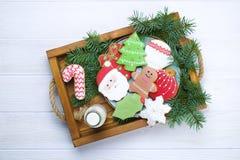 Galletas del pan de jengibre de la Navidad en el cierre de madera blanco del fondo de la bandeja para arriba Imágenes de archivo libres de regalías