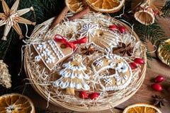 Galletas del pan de jengibre de la Navidad en una cesta de mimbre redonda Fotografía de archivo
