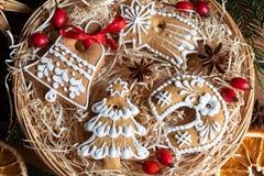 Galletas del pan de jengibre de la Navidad en una cesta de mimbre redonda Imagen de archivo