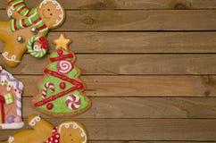 Galletas del pan de jengibre de la Navidad en una tabla de madera Fotografía de archivo libre de regalías