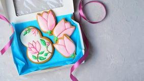 Galletas del pan de jengibre para el 8 de marzo, el día de las mujeres, galletas hechas a mano con Sugar Icing foto de archivo