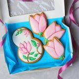 Galletas del pan de jengibre para el 8 de marzo, el día de las mujeres, galletas hechas a mano con Sugar Icing fotografía de archivo