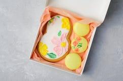 Galletas del pan de jengibre para el 8 de marzo y Macarons, sistema hecho a mano de los dulces del día de las mujeres foto de archivo