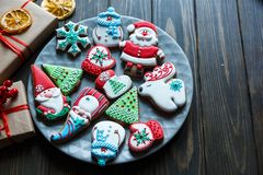 Galletas del pan de jengibre para la Navidad, Año Nuevo en la tabla de madera Pasteles festivos, dulces, galletas deliciosas imagen de archivo