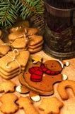 Galletas del pan de jengibre, té, decoración de la Navidad Imagenes de archivo