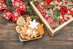 Galletas del pan de jengibre y ornamentos de la Navidad Decoración casera Foto de archivo